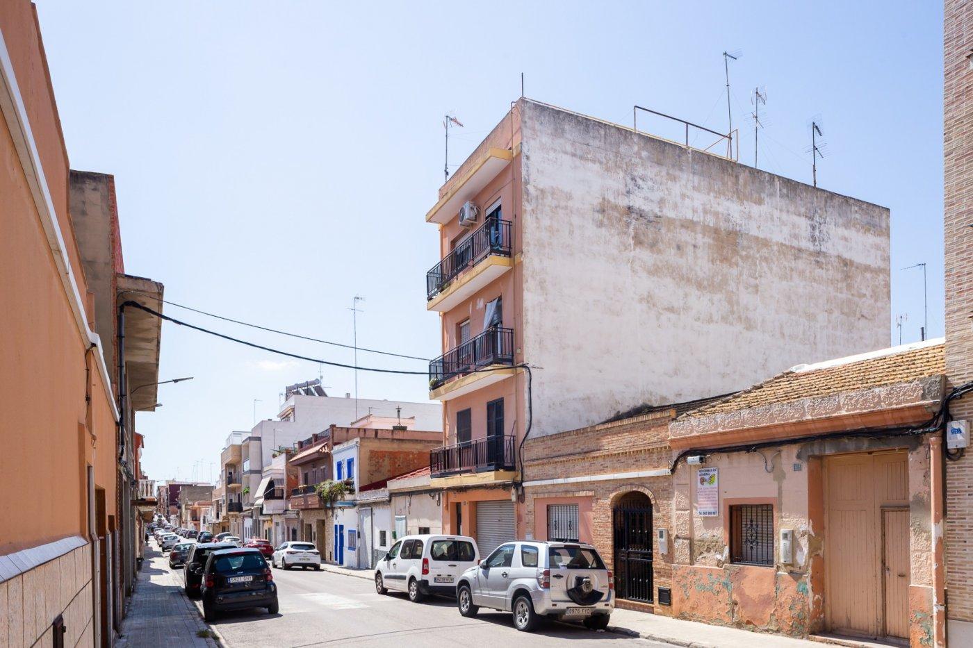 Edifici  Burjassot ,pza. concordia. Edificio de tres plantas con terraza