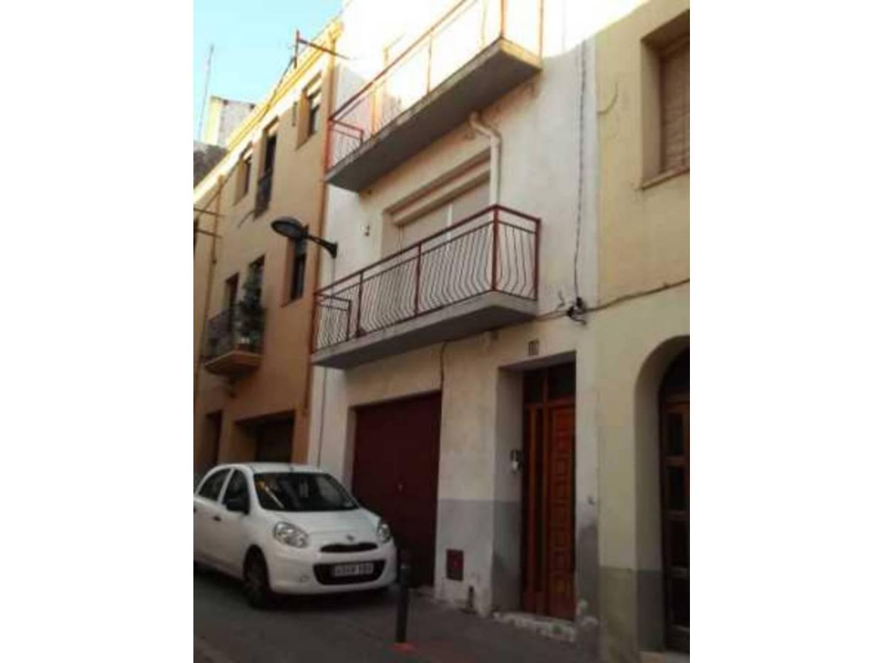 Casa  Calle san marti. Casa adosada de dos alturas, situada muy cerca del centro de el