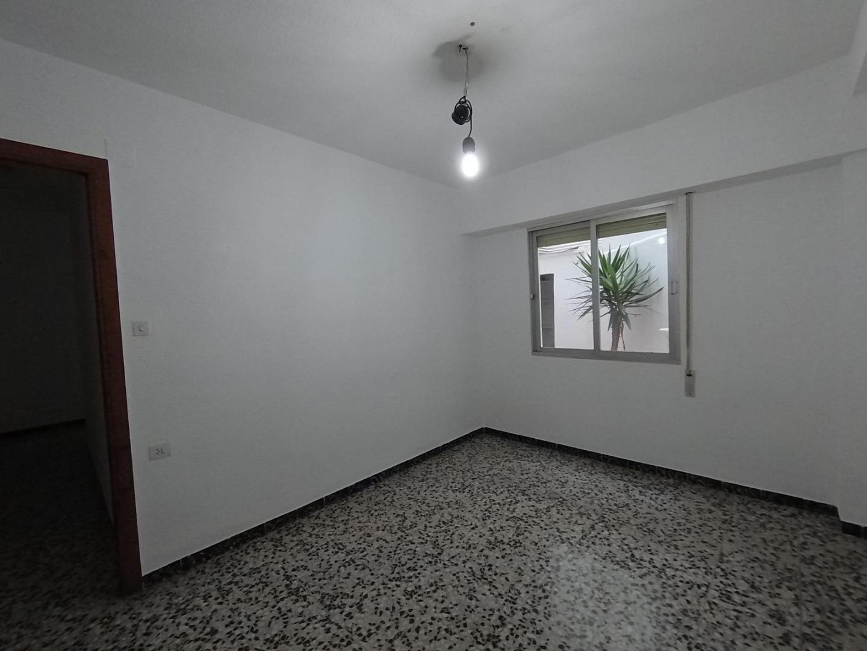 Rent Flat  Arriba del mercadona, piso vacio con terraza por 450 €