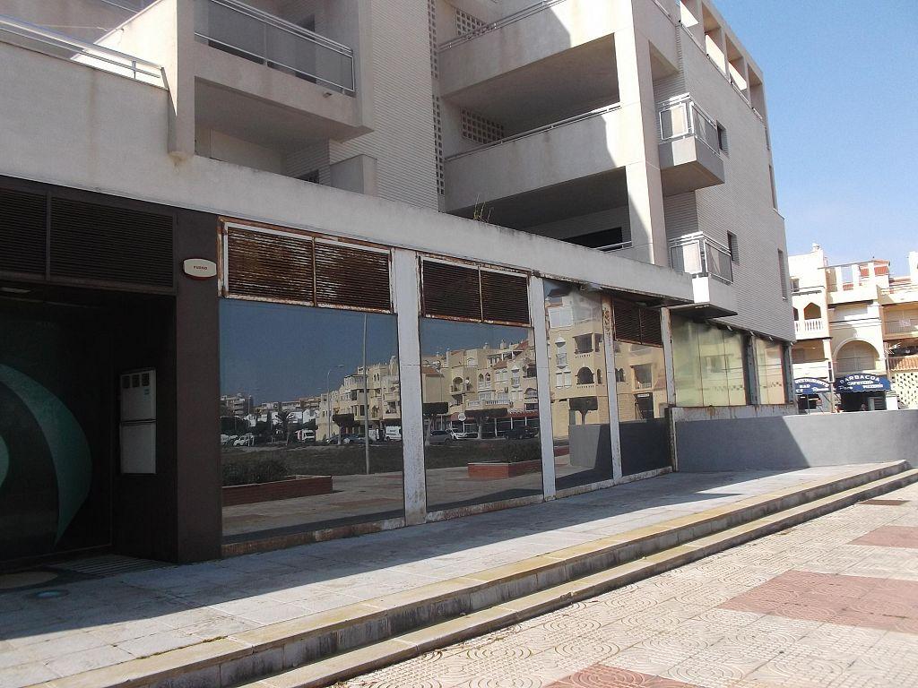 Local - En espacios comerciales en Avenida Mariano Hernandez Caro