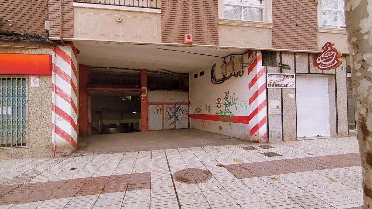 Parking coche  Calle ancha.. Cochera calle ancha.