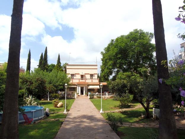 Casa  Avenida enrique gimeno, 22. Chalet individual junto a la ciudad, amplio jardín, barbacoa, ga