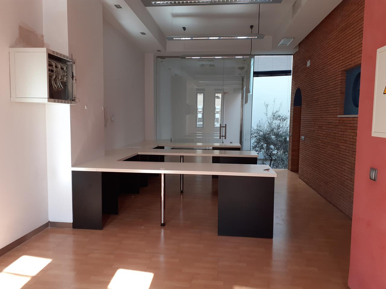 Alquiler Oficina en La Paz. Se alquila oficina en planta baja zona parque centro, compuesta