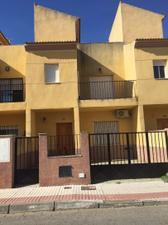 Casa adosada en Venta en Juan de Mesa, 36 / Tocina