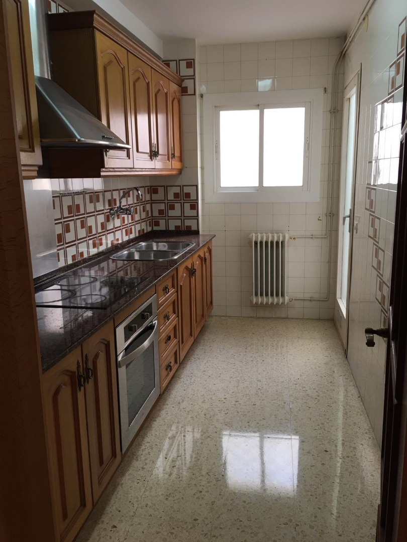 Alquiler Piso  Calle tenor foraster. Piso de 3 habitaciones, 1 baño completo, amplia cocina con galer