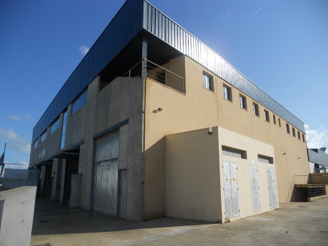 Location Bâtiment à usage industriel  Carrer de can calafat. Son oms nave de 242 m2.