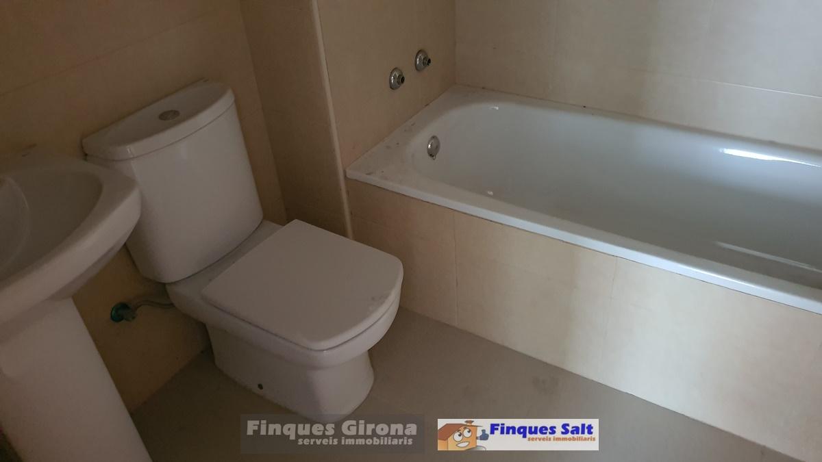 Pis  Calle francesc macia. Pisos en zona maçana de salt. 4 y 3 dormitorios, 2 baños. en bue