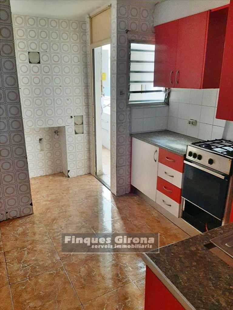 Pis  Plaça de catalunya. Se vende piso en salt, tres habitaciones y dos baños, cocina ind