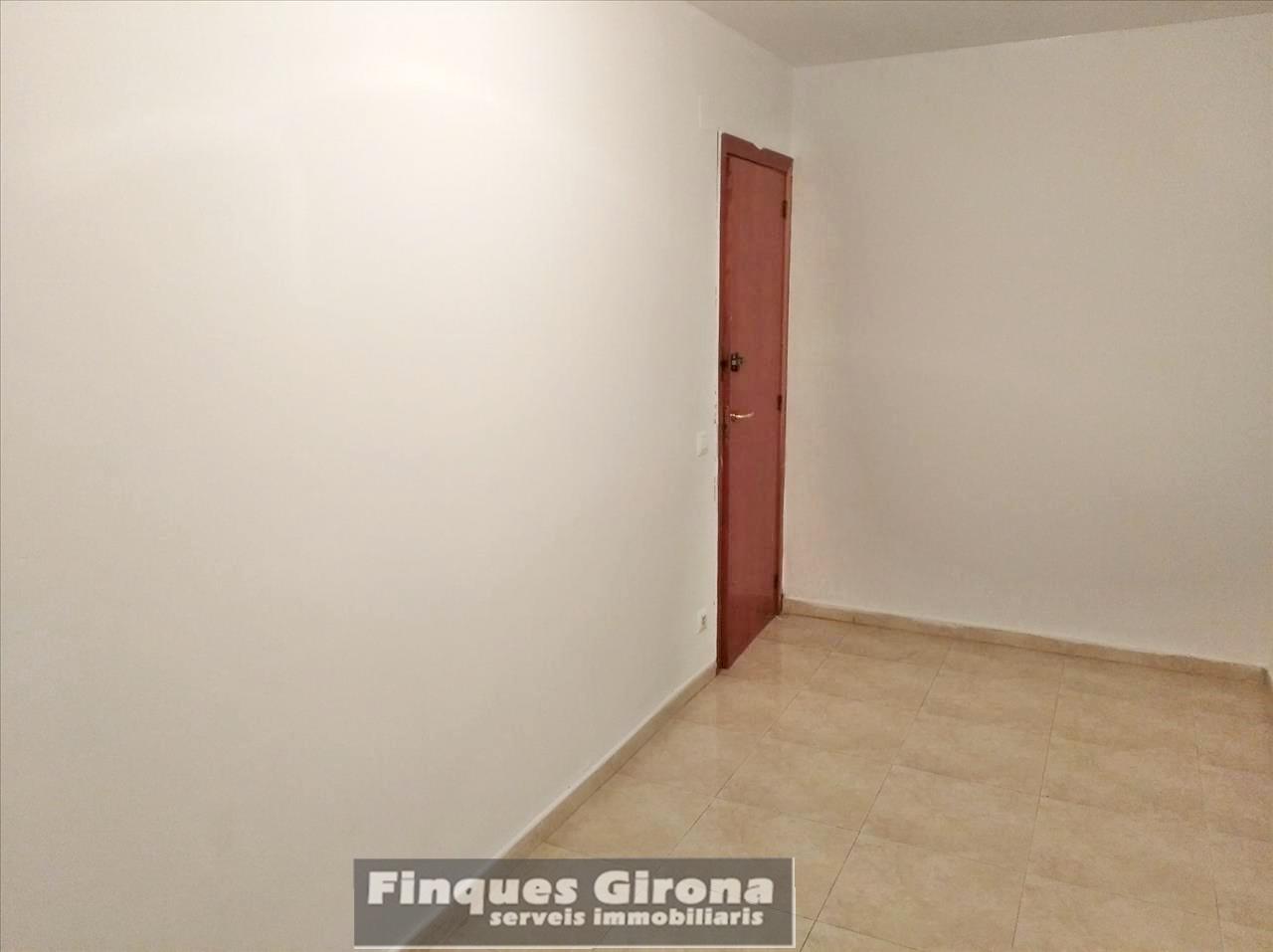Pis  Passeig dels països catalans. Se vende piso de tres habitaciones y dos baños, cocina independi