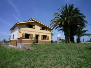 Chalet en Venta en Zona Hevia: Casa Independiente con Finca / Zona Rural