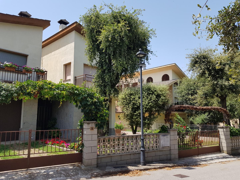 Casa  El pi de sant just -olius-. Casa 188m2. parcela 223m2. bajos garage muy amplio. planta vivie