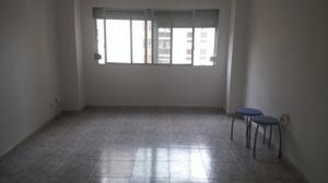 Piso en Alquiler en La Paterna. 3 Dormitorios, Baño. Sin Muebles. / Centro