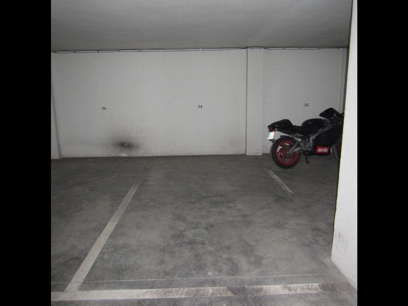 Autoparkplatz  Calle vicente andres estelles. Se vende plaza de garaje de 15 m2 amplia y cómoda de aparcar en