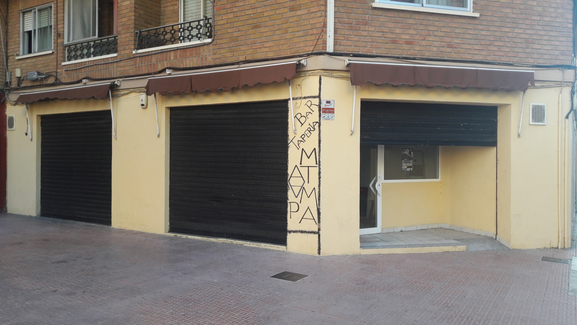 Alquiler Local Comercial  Plaza mercado nuevo. Local chaflán de 130m2