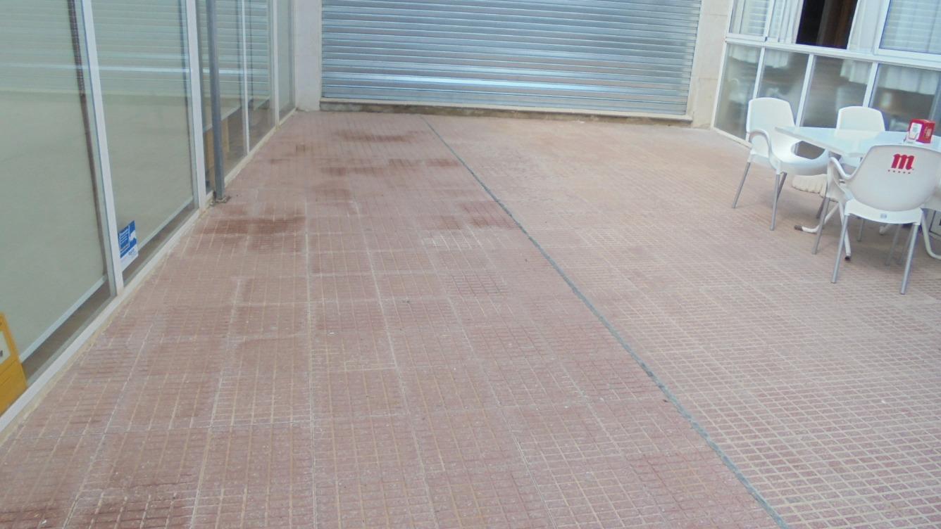 Lloguer Local Comercial  Calle xixona, 32. Local con terraza para restaurante o heladeria.