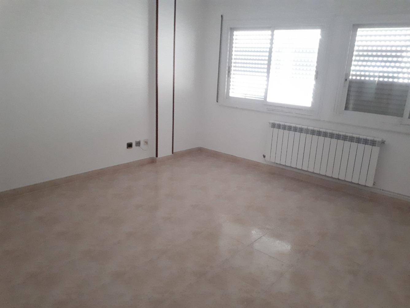Lloguer Pis  Calle bellmunt. Piso de 2 dormitorios, 1 baño completo, cocina equipada, salón,