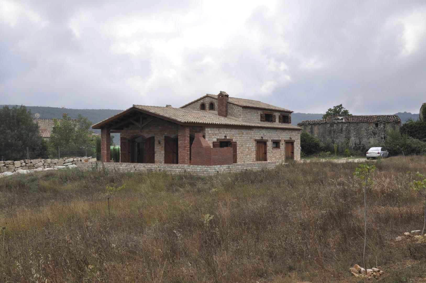 Casa  Mont-ral. Casa rústica construida de forma artesanal con acabados de mader