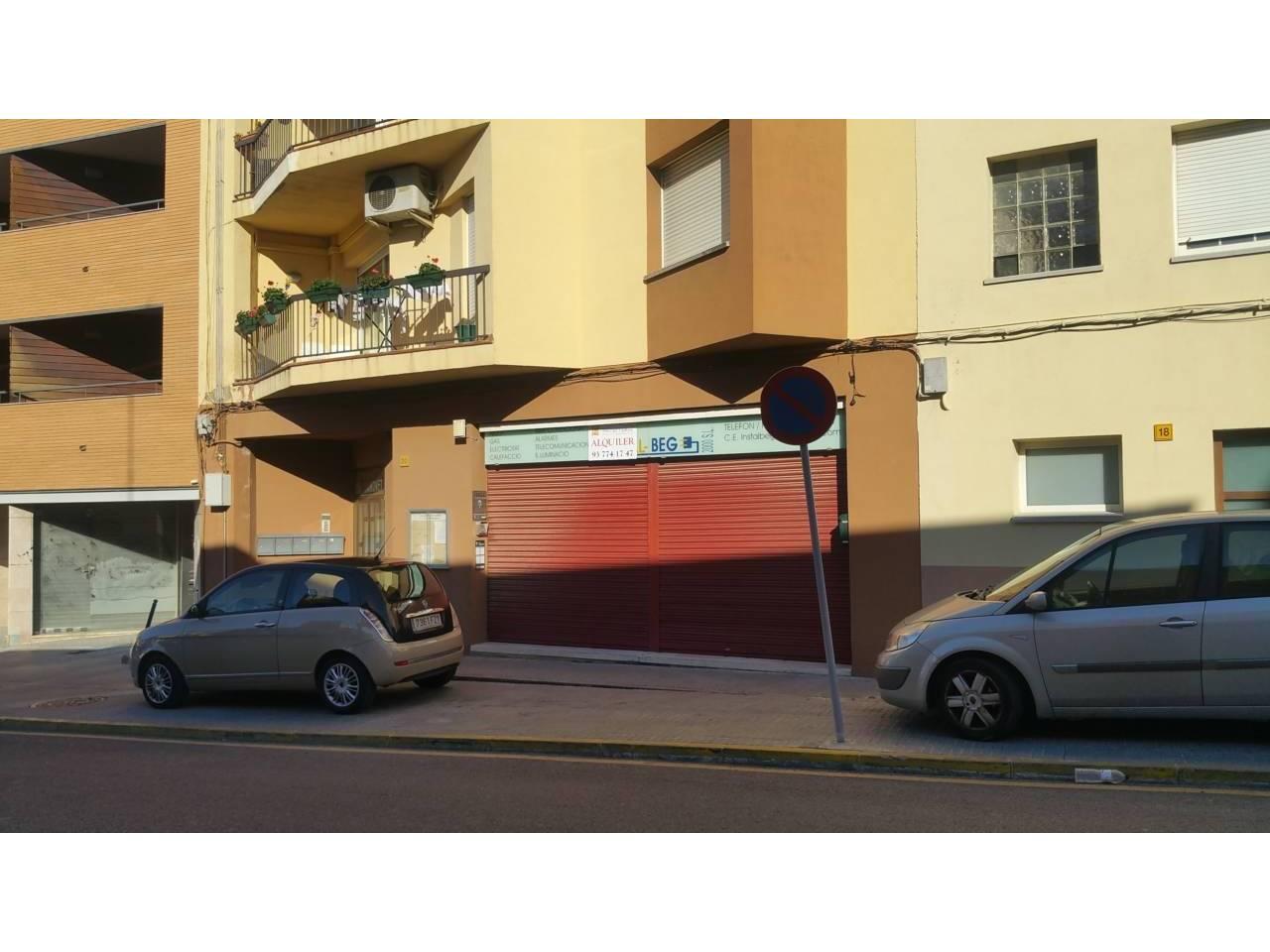 Lloguer Local Comercial  Centro. Local  de 200 m2 con acceso a dos calles; por calle mayor se ac