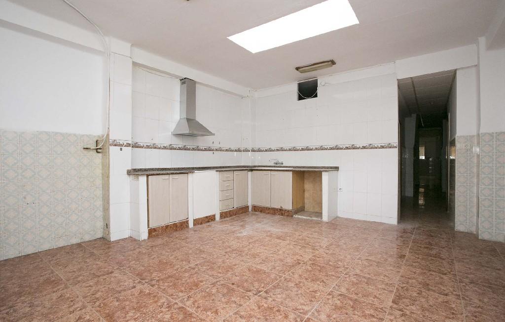 Lloguer Pis  Se alquila como local comercial , no es un piso. Superf. 110 m²,  1 , estado certificación: en trámite, 4 habitac