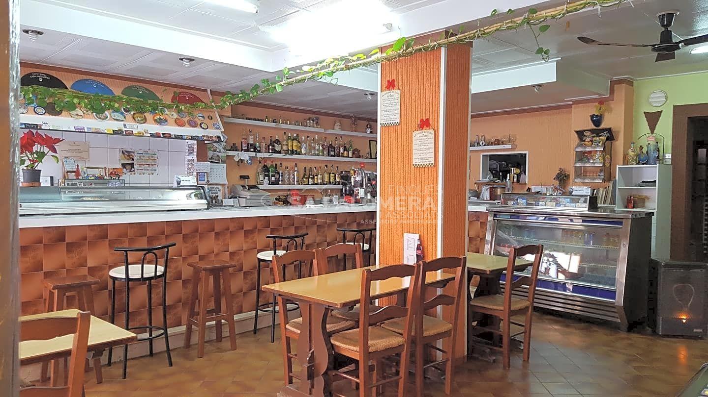 Local Comercial  Carrer josep tarradellas. Blanes-bar en la zona de los pinos, el local consta de zona bar