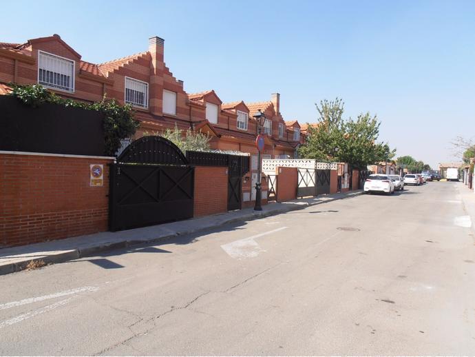 Foto 1 de Casa adosada en Calle Angel Ganivet / Alovera