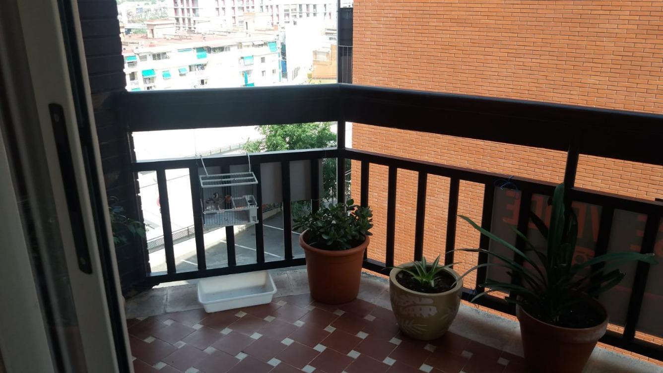 Appartamento  Calle pau claris. Piso de 110m2 perfecto estado con 3 habitaciones y balcon exteri