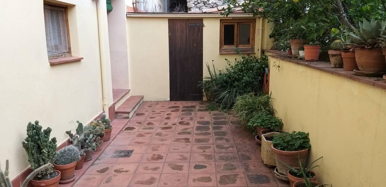 Casa en Tortellà. Superf. 270 m²,  4 habitaciones (1 doble,  3 individuales),  2 b