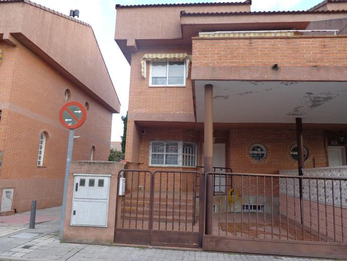Casa adosada en villalbilla en calle arrayanes 137821165 - Los hueros villalbilla ...