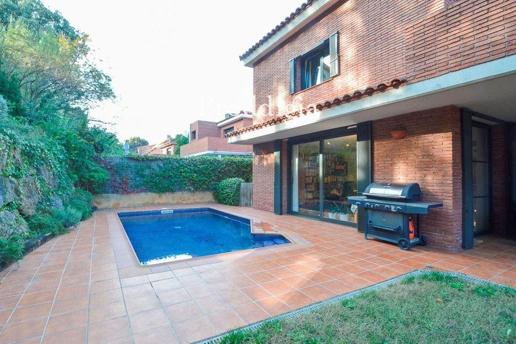 Miete Haus  Calle albert rosàs. Superficie de 400m² en una parcela de 650m², cuenta con 4 habita