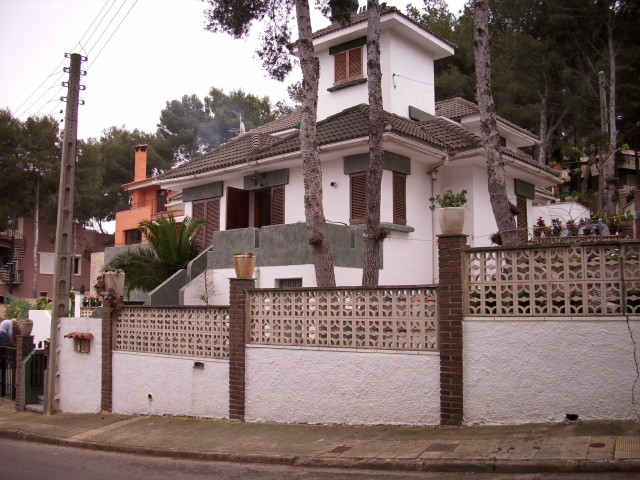 Casa  Calle alt emporda , 42. El chalet tiene dos garajes