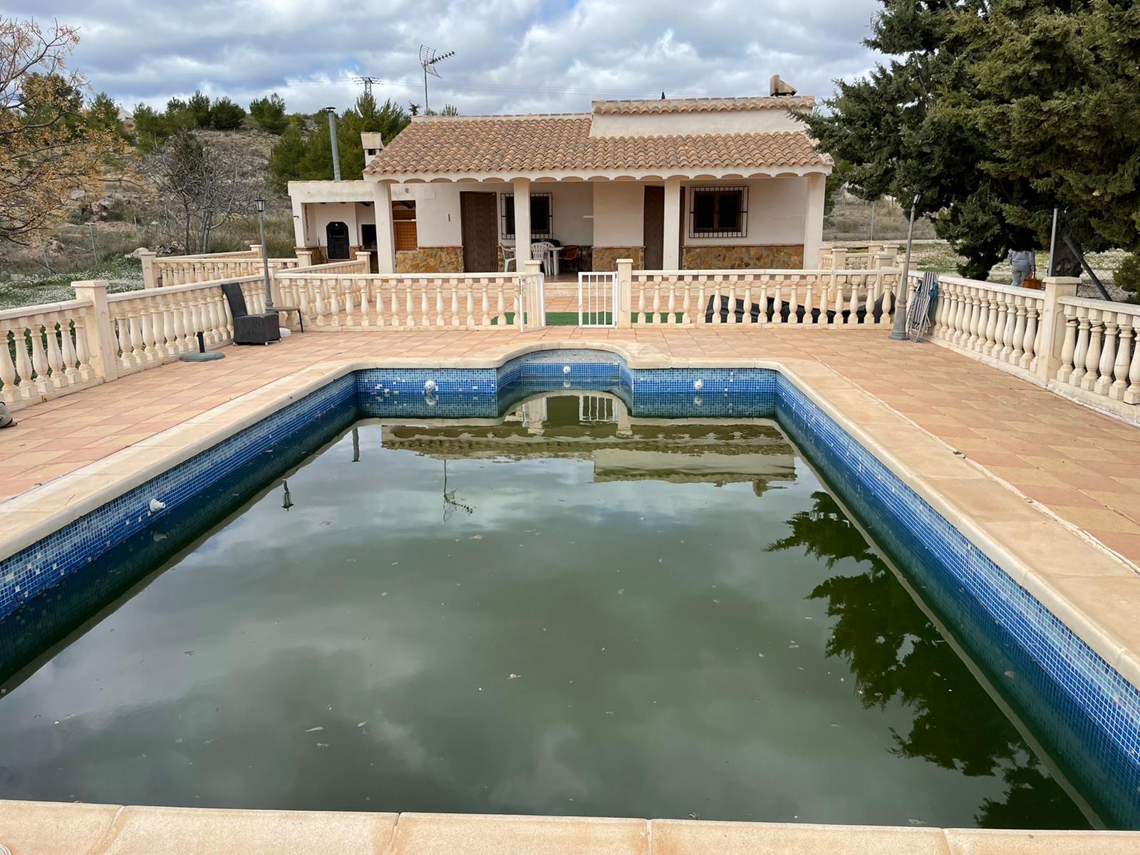 Alquiler Casa  Cehegín. Se  alquila espectacular chalet con piscina , esta construido s
