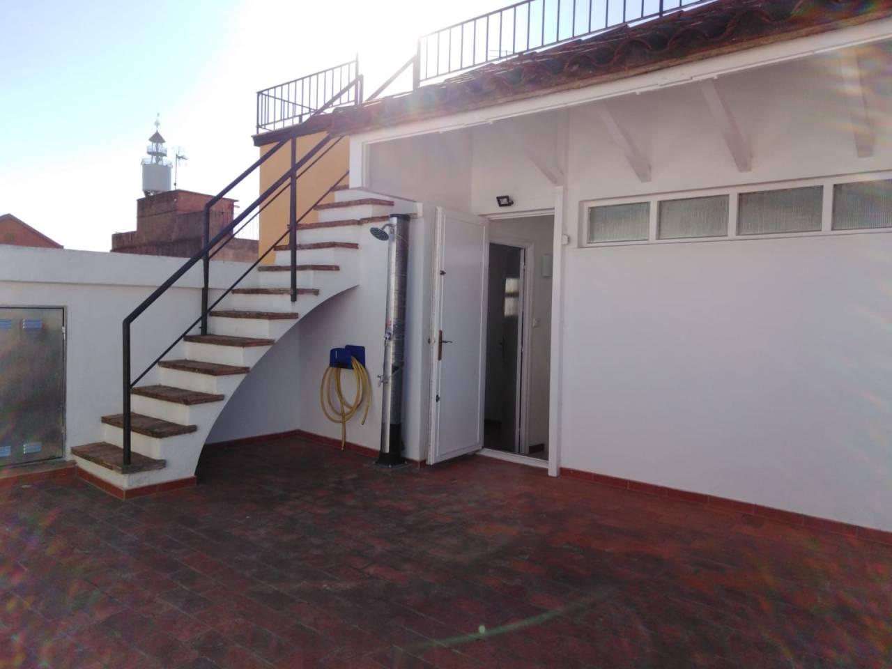 Alquiler Casa  Calle pi i maragall. Casa reformada zona cèntrica del poble, metres útils 190 m2 de 3