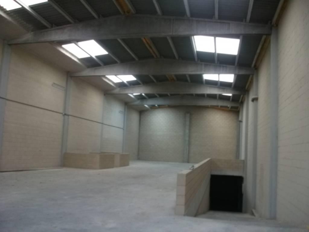 Lloguer Nau industrial  Zona bufalvent. Nave de 430m2 construidos. puerta de 4m2. aseo. certificado ener