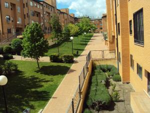 Venta Vivienda Piso 3 dormitorios -tarima-piscina-pádel-garaje-trastero-conserje