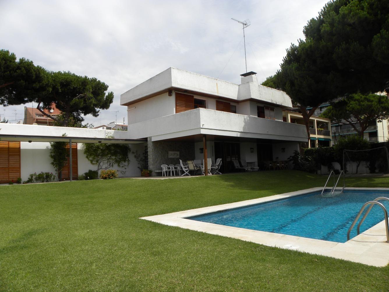 Alquiler de Temporada Casa  Avenida can sans, 8. Bonita casa con jardín privado y piscina, frente al mar en la po