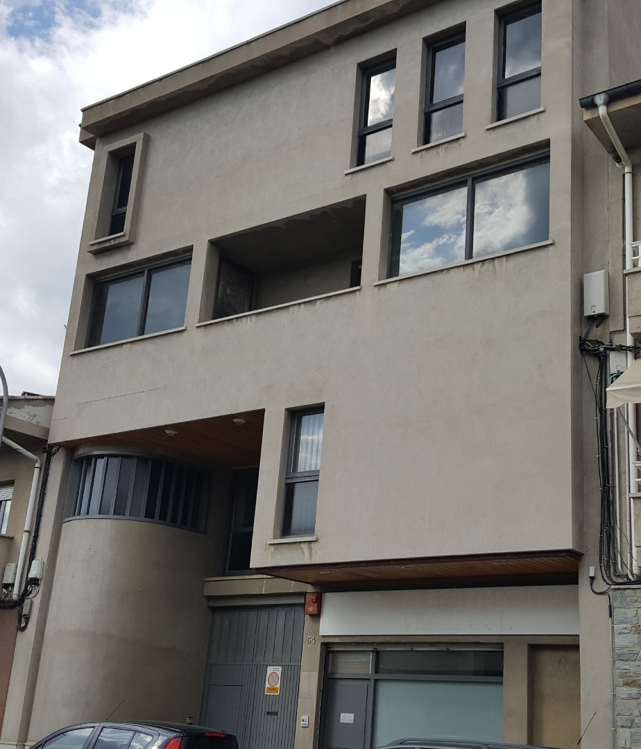Edifici  Calle lleida, 54. Bloc de pisos per acabar,  primera planta es permet dos habitatg
