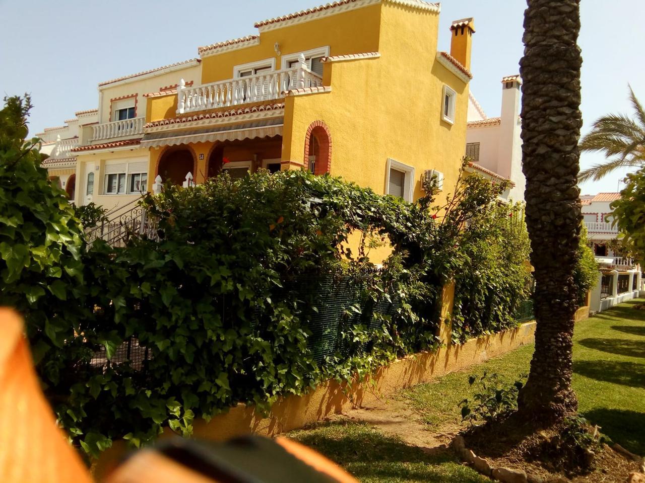 Lloguer Casa en La Siesta-El Salado-Torreta. Chalet en 2 plantas en torrevieja. planta baja: gran jardín con