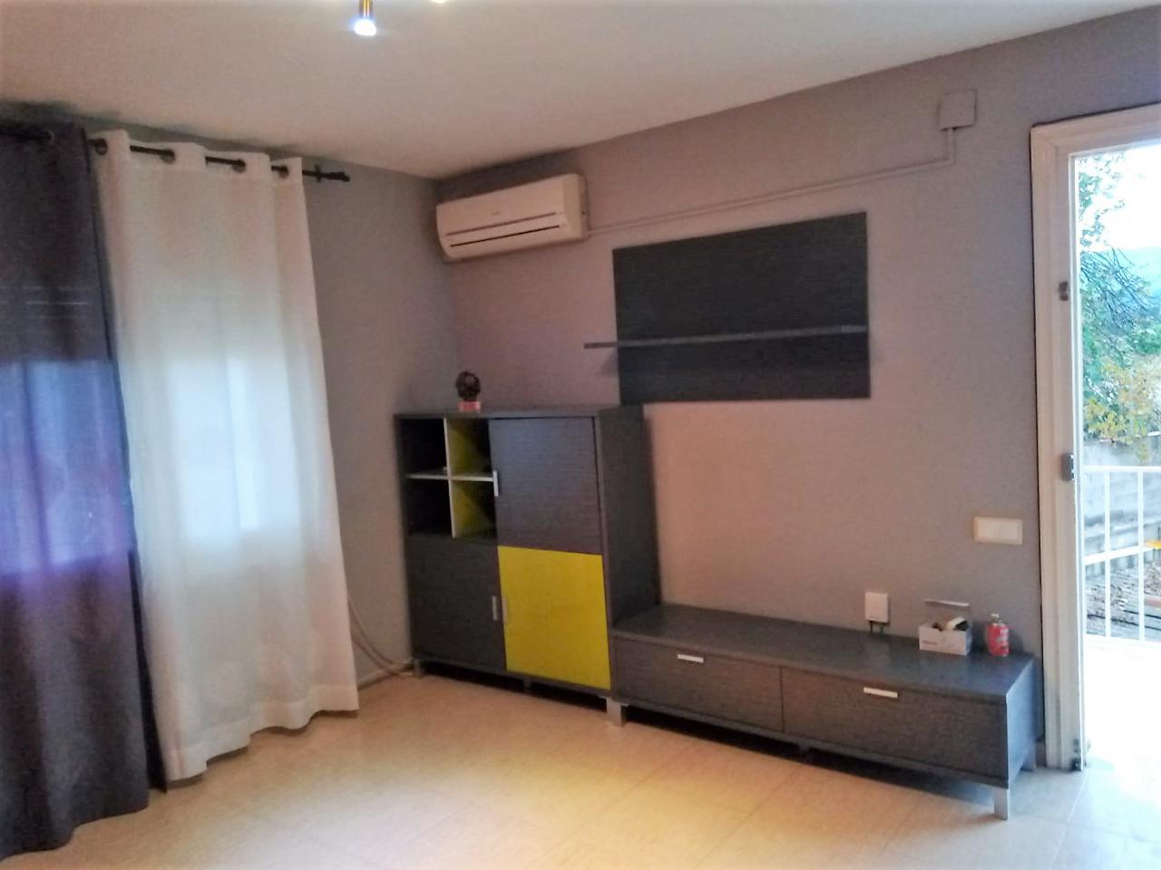Rent Flat  Calle carrer freixa. Piso de 75 m2 aprox., con 3 habitaciones y 1 baño completo con d