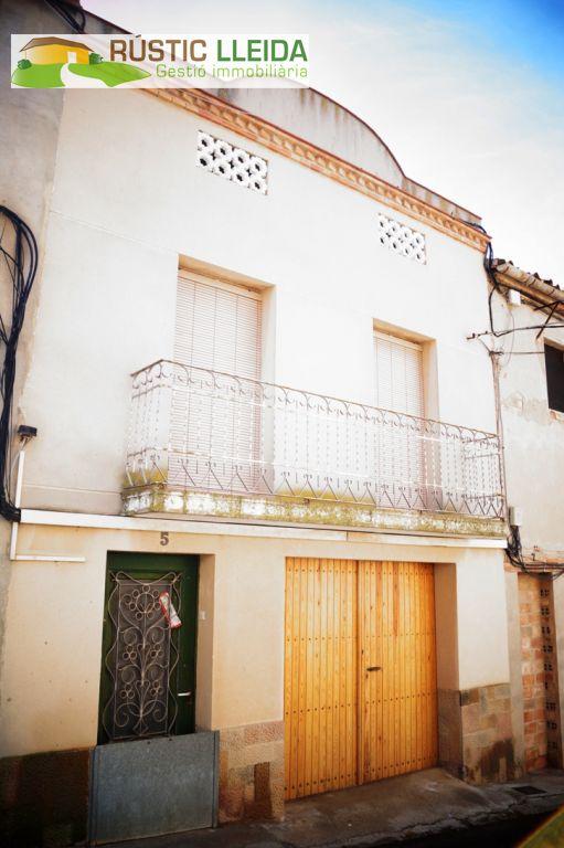 Casa  Garrigues - Puiggròs. Casa (de unos 175 m2) con patio (de unos 30 m2) en el municipio