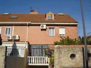 Casa adosada en Venta en Villa del Prado, 24 / Perales del río