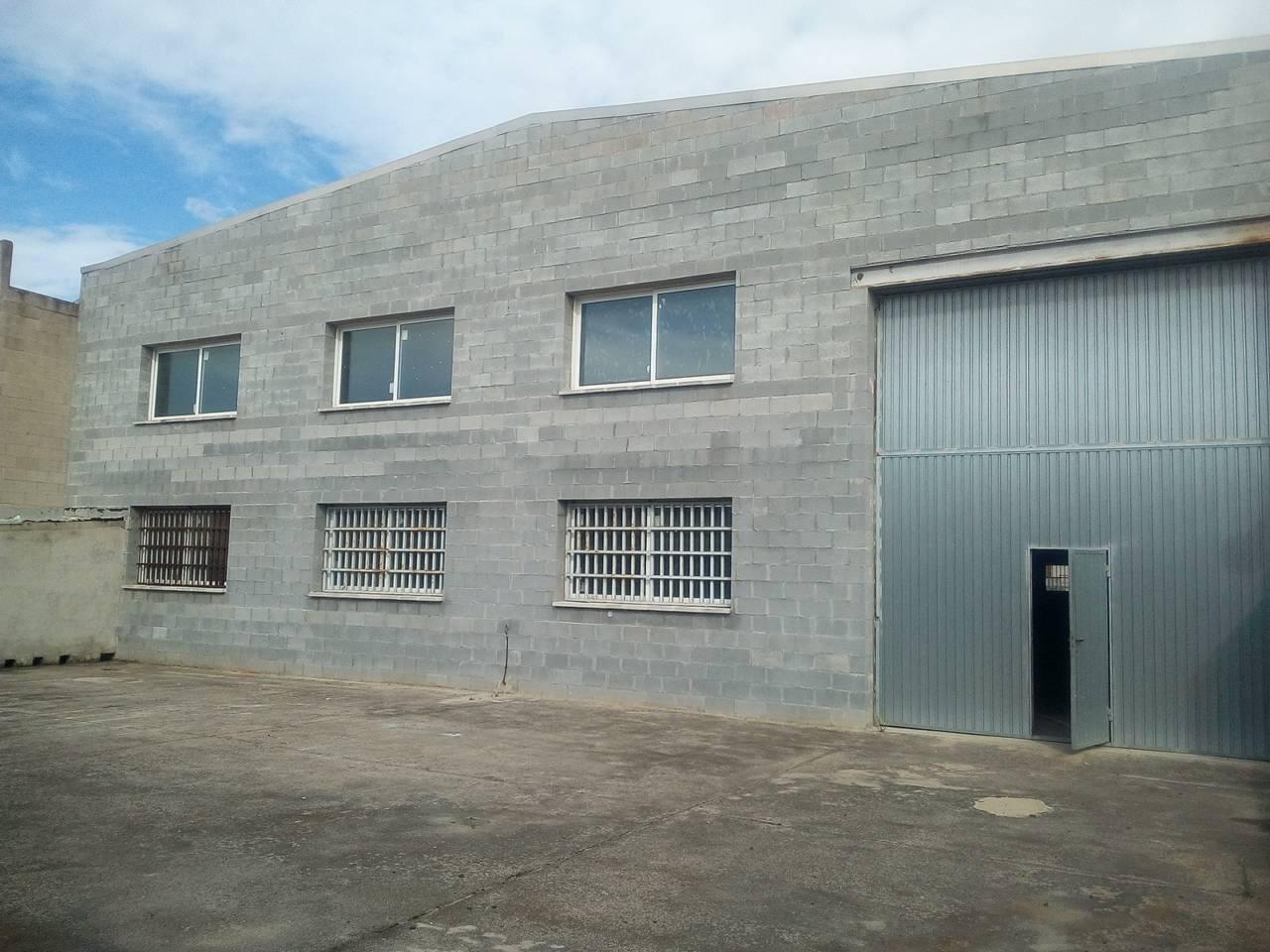 Lloguer Nau industrial  a de caldes. Superf. 665 m², 400 m² solar, aislantes, oficina (120m²), estruc