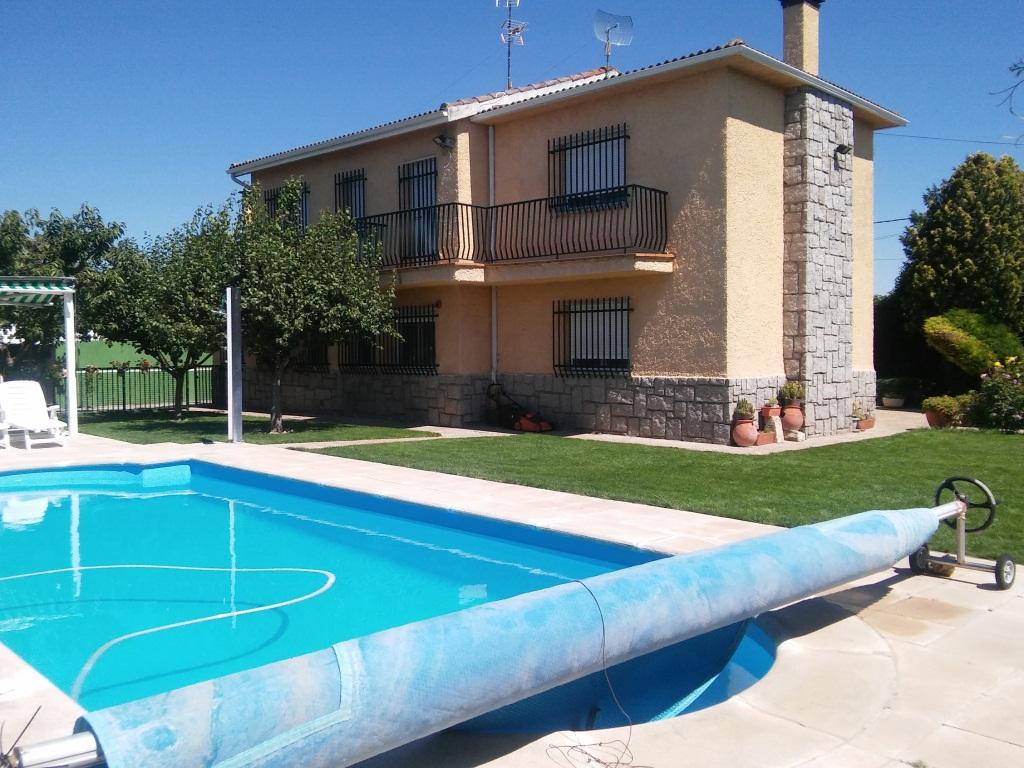 Casa  Junto ciudad deportiva la aldehuela de salamanca. Estupendo chalet de siete dormitorios, dos baños y un aseo, sal