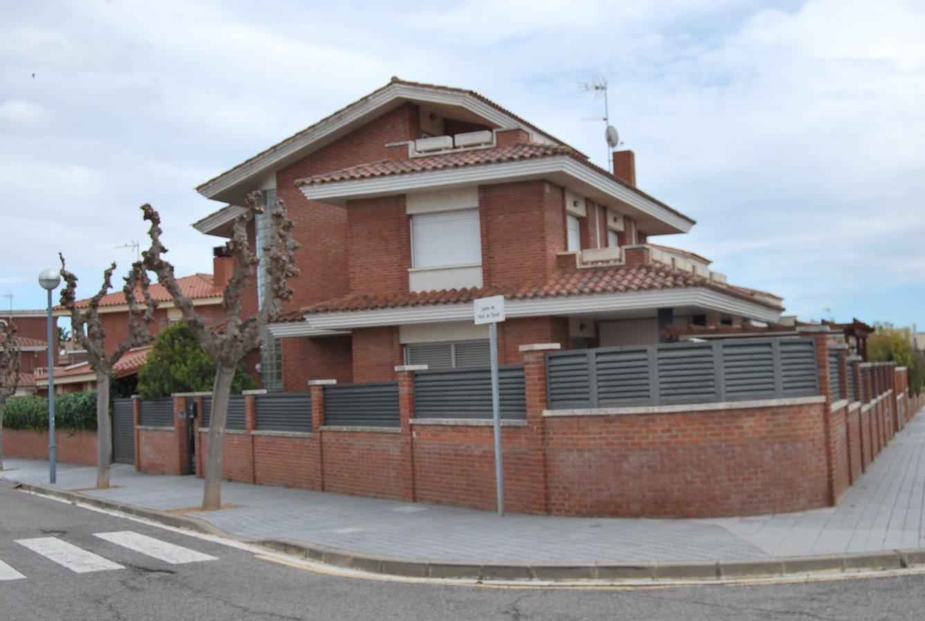 Casa  Calle hort del torrell. Chalet individual y esquinero, con mucha iluminación, urbanizaci