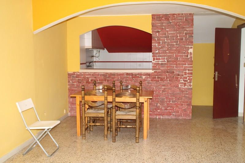 Piso  Calle garrotxa. Dos viviendas independientes: piso de 3 habitaciones, con baño c